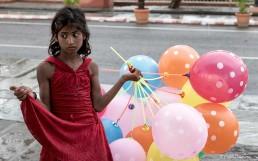 Niña con globos en India