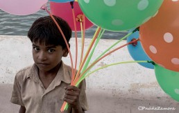 Niño con globos en India