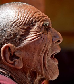 Hombre en India rezando