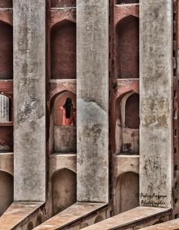 Fotografía de mujer en ventana en la India