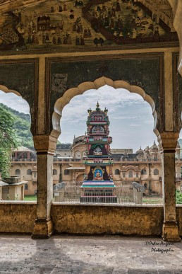 Vista de templo desde una ventana en la India